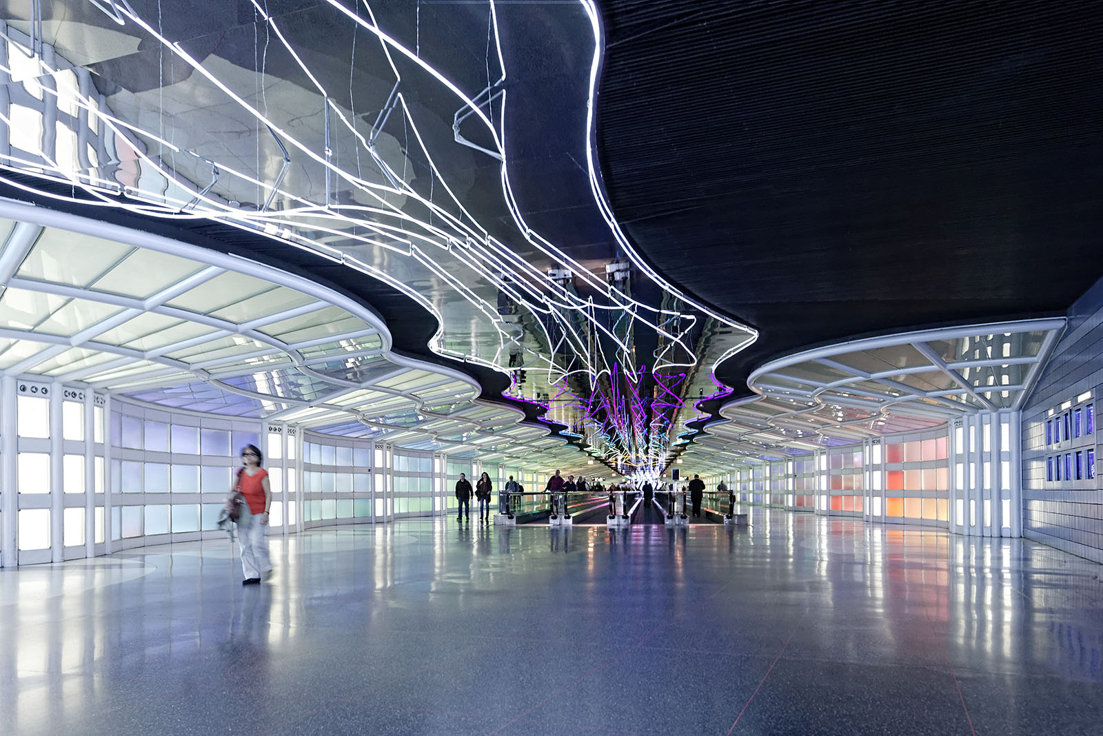 Architectural photography of the Chicago O'Hare Airport Pedestrian Tunnel. Paul Dingman is an architectural photogapher specializing in airports, transportation, and large scale project. He is based in China and works throughout China and Asia.